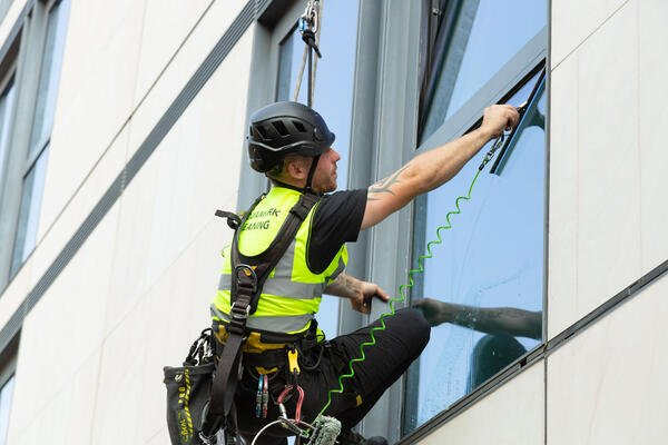 How Abseil Window Cleaners Operate On High-Rise Building's