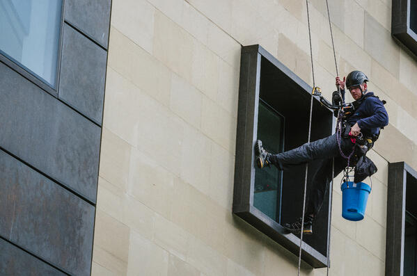 Abseil Window Cleaning Vs Water-Fed Poles
